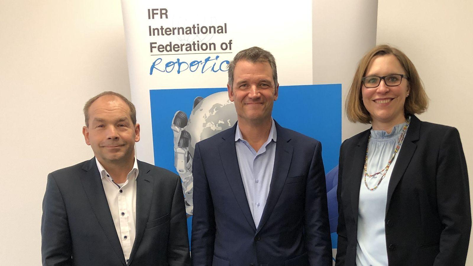 od lewej do prawej: Armin Schlenk, przewodniczący IFR Marcom Group; Milton Guerry, prezes IFR; Susanne Bieller, sekretarz generalny IFR