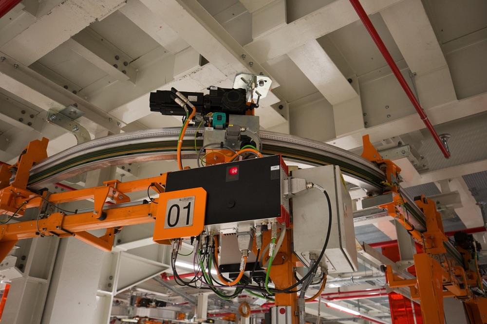 Sterownik MOVIPRO® i skrzynka rozdzielcza elektrycznej kolejki podwieszanej linii montażu deski rozdzielczej.