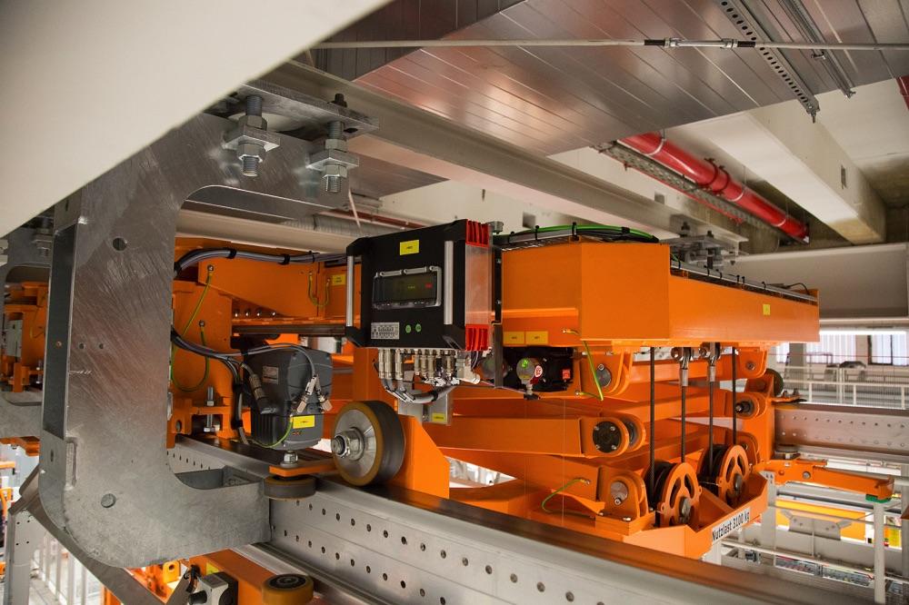 Inteligentny postęp - kolejka podwieszana z mechatronicznym silnikiem  DRC oraz sterownikiem bezpieczeństwa Movisafe HM31B