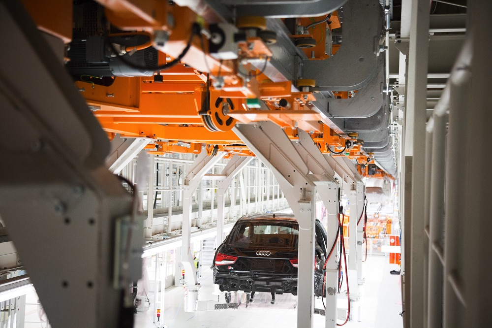 Produkcja pojazdów o różnych wymiarach w okresie przejściowym - dwutorowa elektryczna kolejka podwieszana z kompaktowym Audi A1 na linii.
