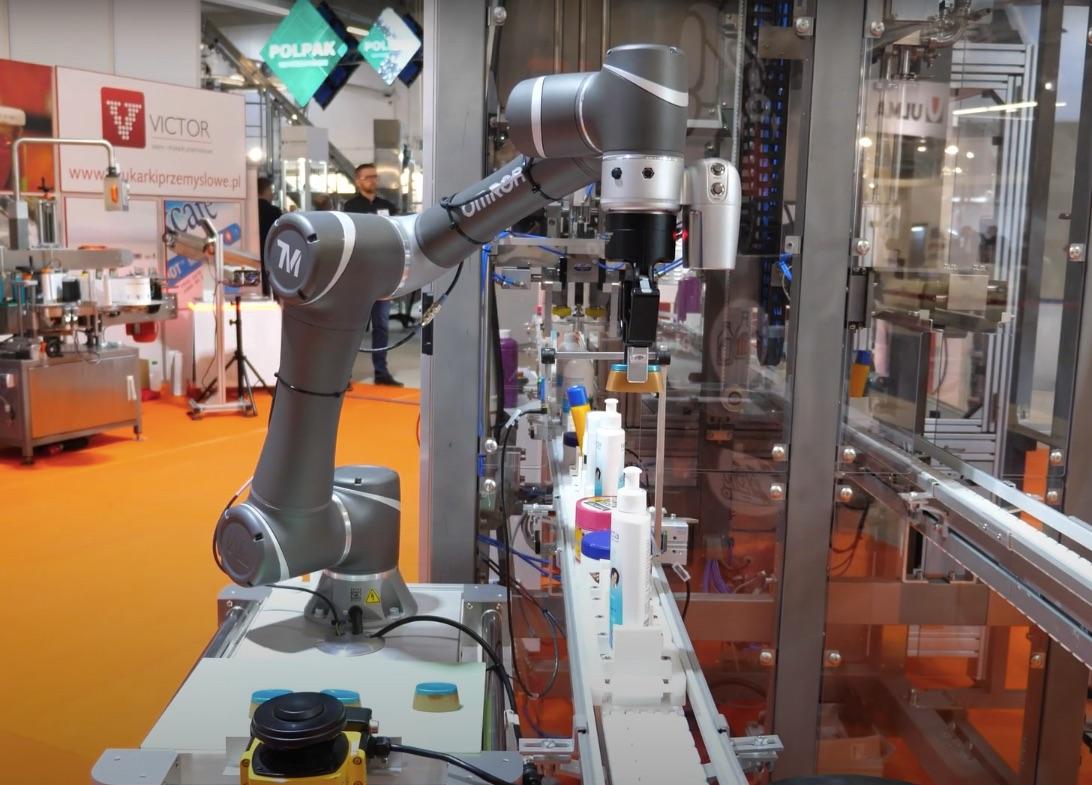 Linia produkcyjna robotem prezentowana na targach