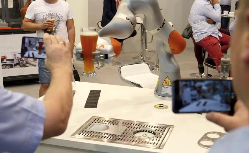 robot na targach przemysłowych