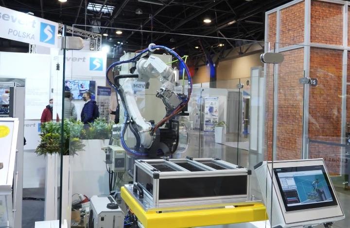robot spawający na targach przemysłowych